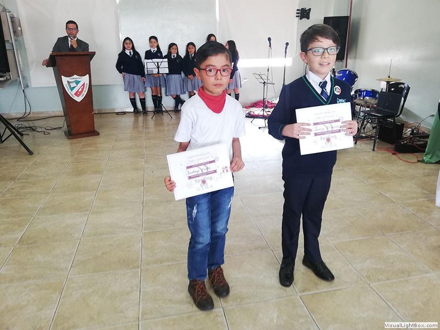 Niños reibiendo diploma