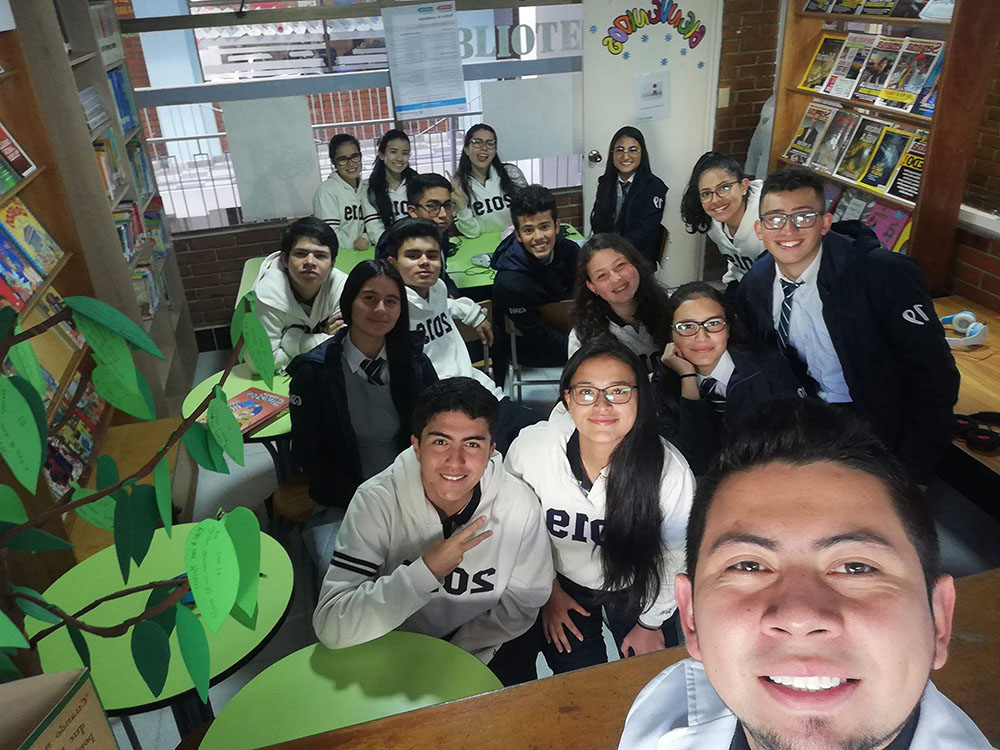 Estudiantes y profesor en aula