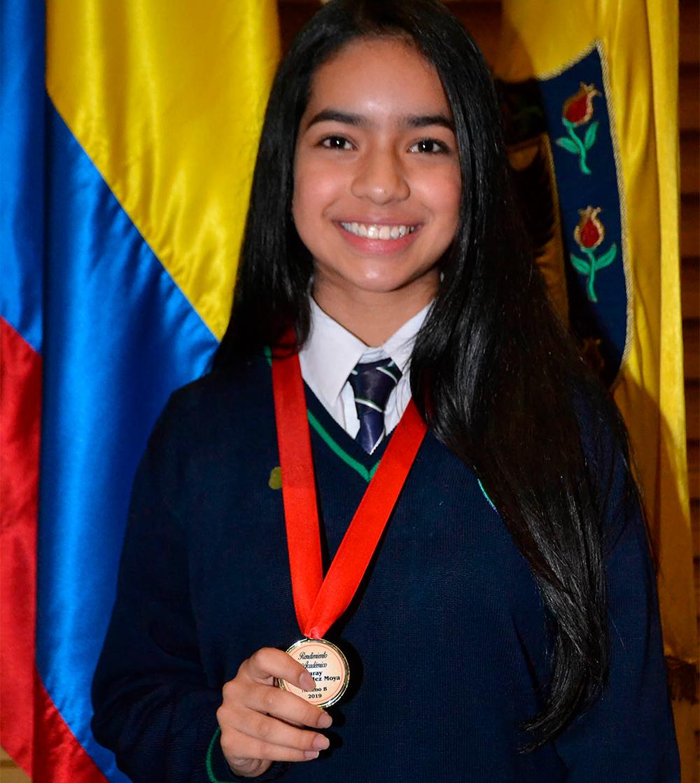 Niña feliz con medalla