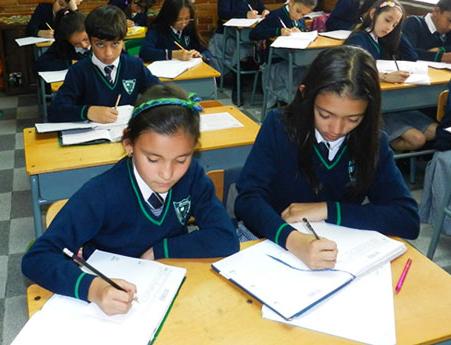 Niñas en salón primaria